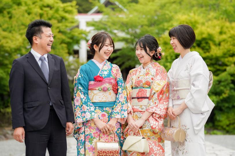 家族で祝う成人式イメージ写真